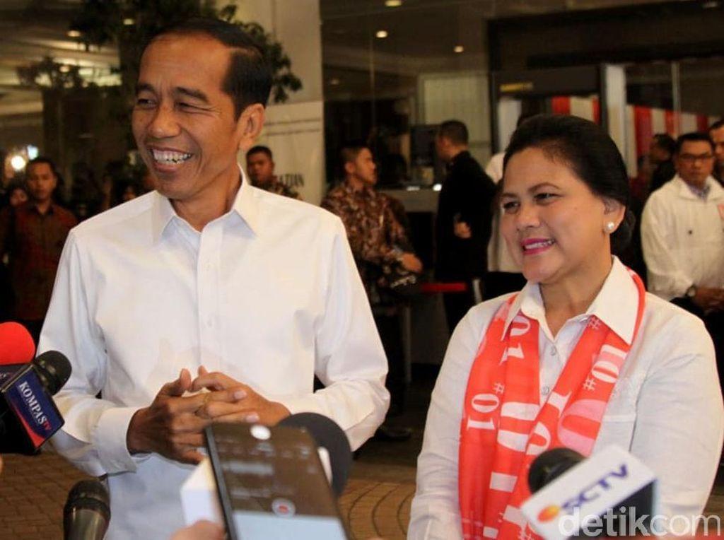 Syal Bertulisan 01, Aksesori Andalan Iriana Jokowi di Debat Capres ke-4
