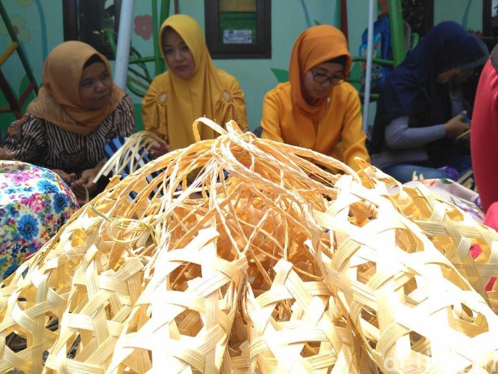 Unik, Sekolah Ini Bayar SPP Cukup Setor Anyaman Bambu