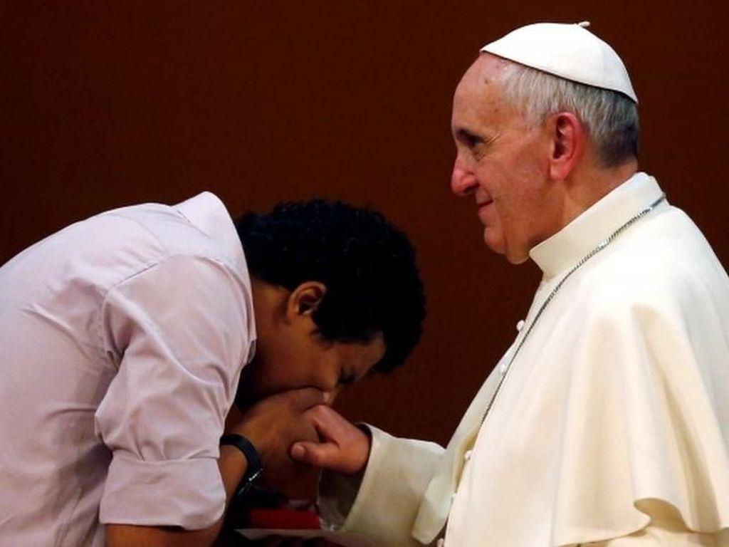 Ketika Tradisi Mencium Cincin Paus Dipersoalkan