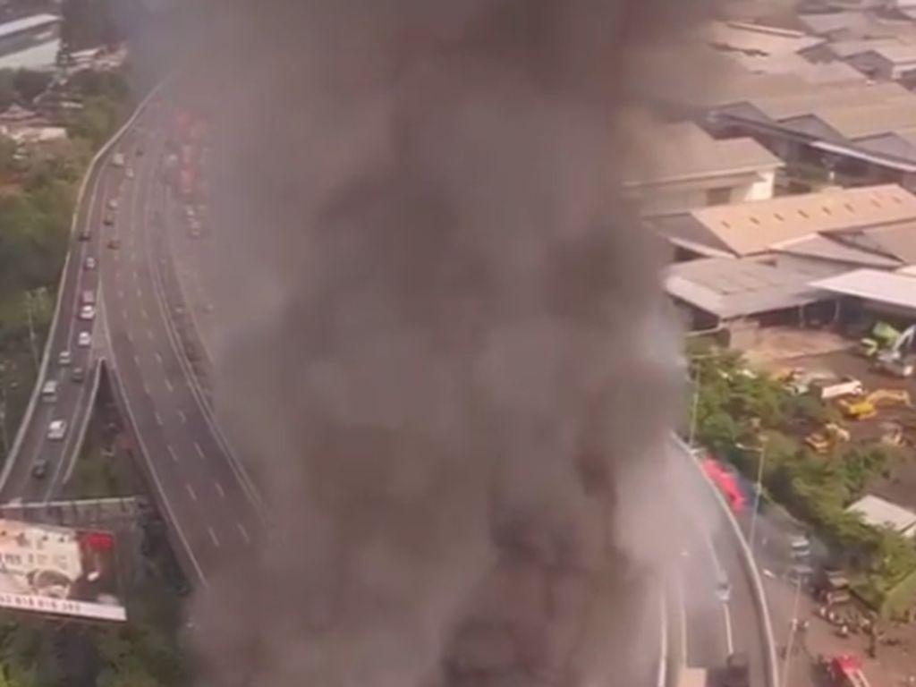 Video Kepulan Asap Hitam di Tol Pluit