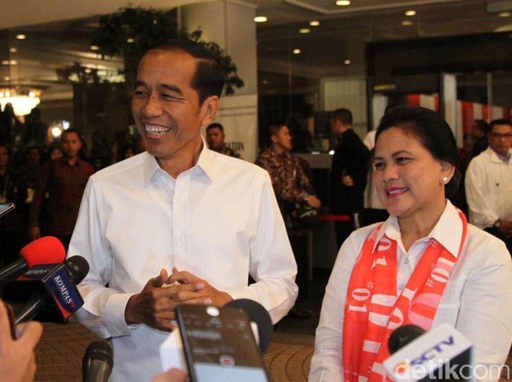 Romantis, Momen Sepayung Berdua Jokowi dan Iriana