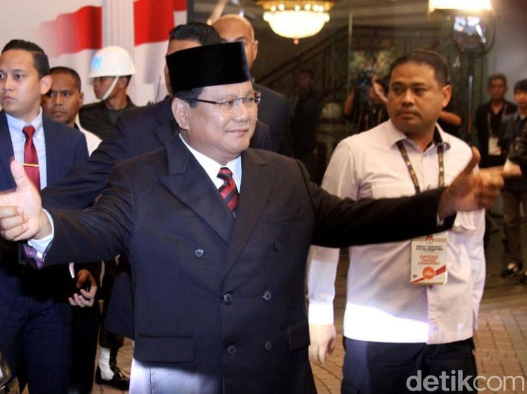 Hormat dan Salam Dua Jari Prabowo Saat Tiba di Arena Debat