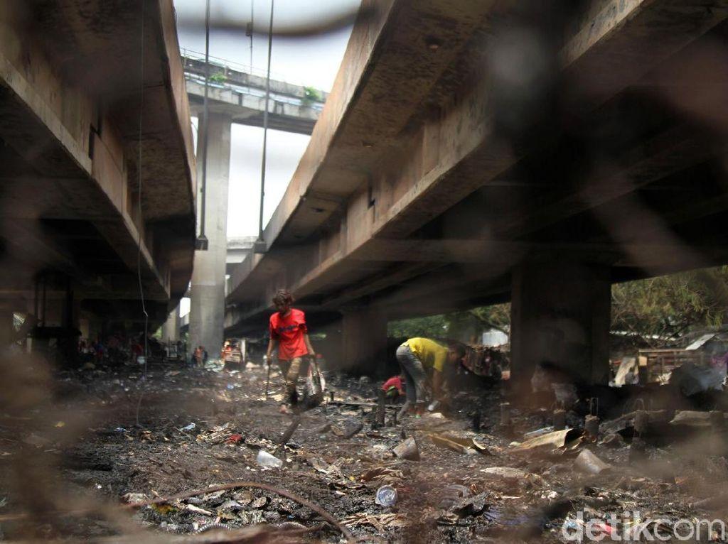 Warga Cari Sisa Barang Usai Kebakaran di Kolong Tol Pluit