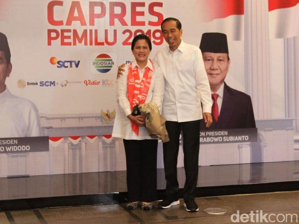 Deretan Gaya Iriana Pakai Syal 01 Saat Dampingi Jokowi di Debat Capres