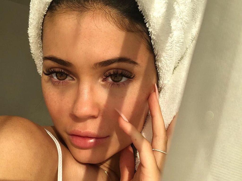 Foto: Wajah Polos Kylie Jenner saat Tak Pakai Makeup, Tetap Cantik