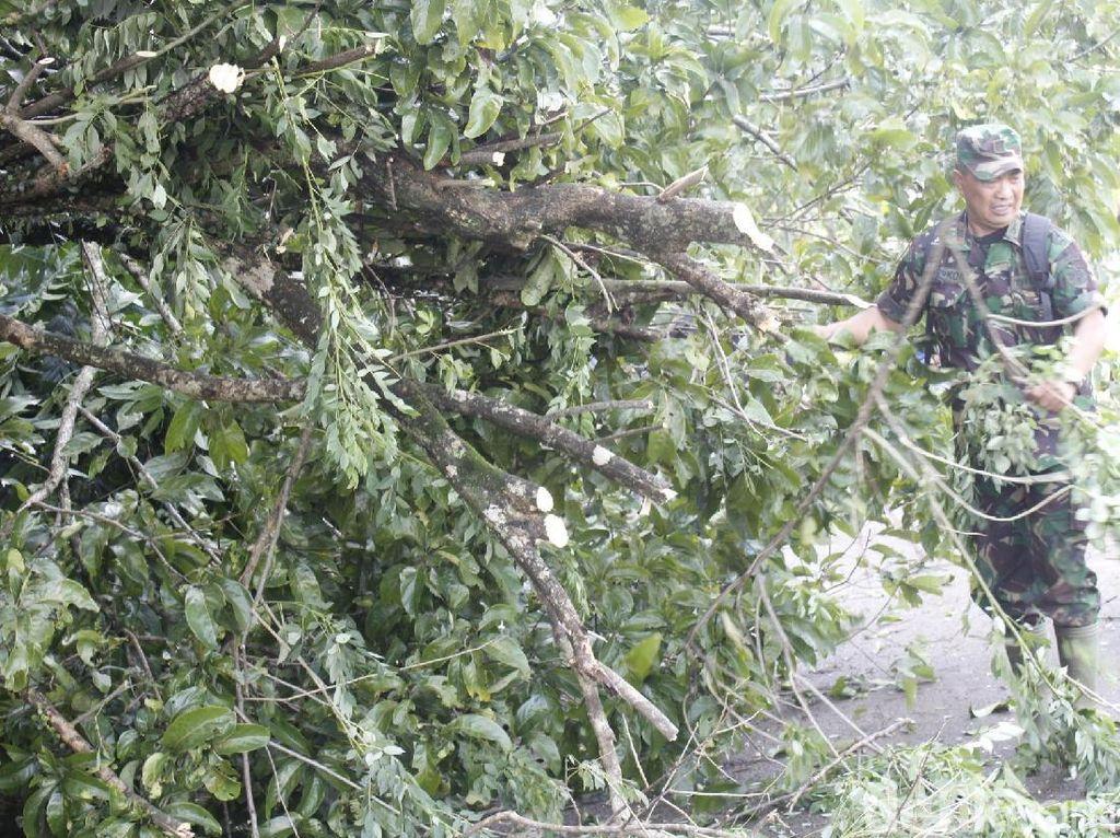 Warga dan TNI Bersihkan Sisa Angin Puting Beliung di Cipongkor