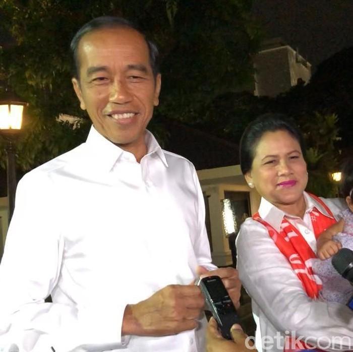Capres petahana Joko Widodo sebelum ke arena debat keempat Pilpres 2019