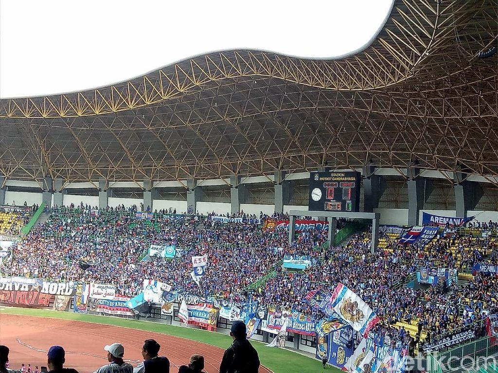 Aremania Nyanyikan Yel-yel Rasis untuk Suporter Persebaya dan Persib