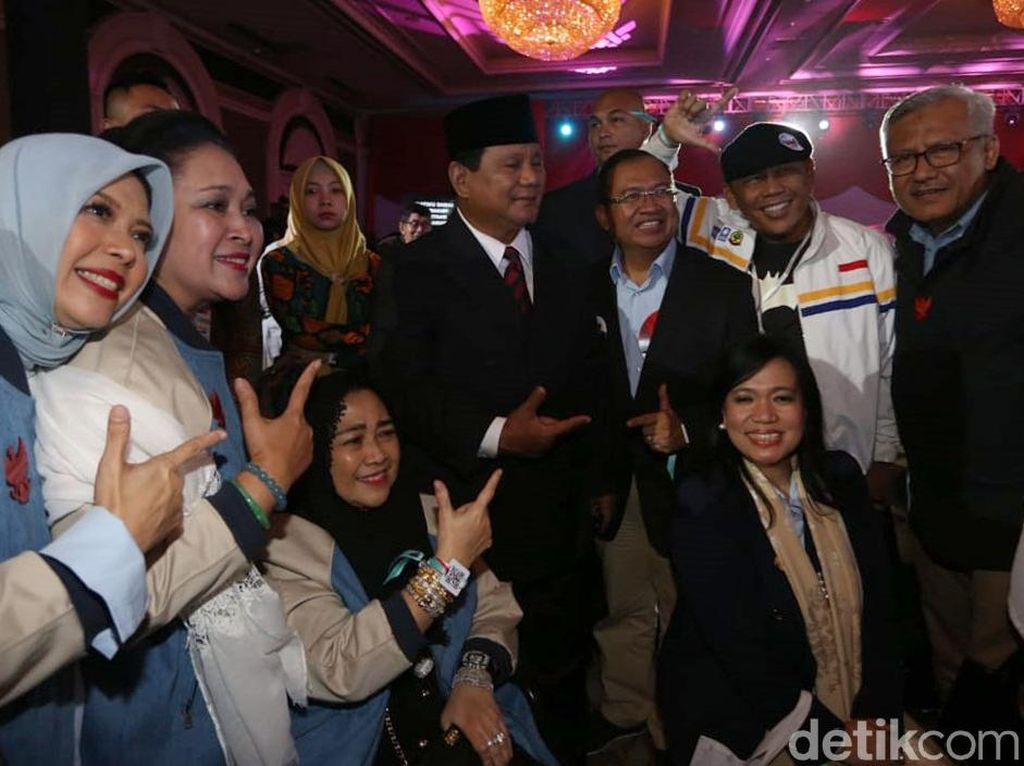 Gaya Kompak Prabowo dan Titiek Soeharto Usai Debat Capres