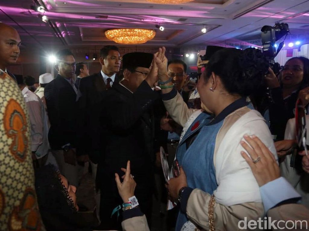 Momen Kompak Prabowo-Titiek Soeharto Diiringi Kemesraan Usai Debat
