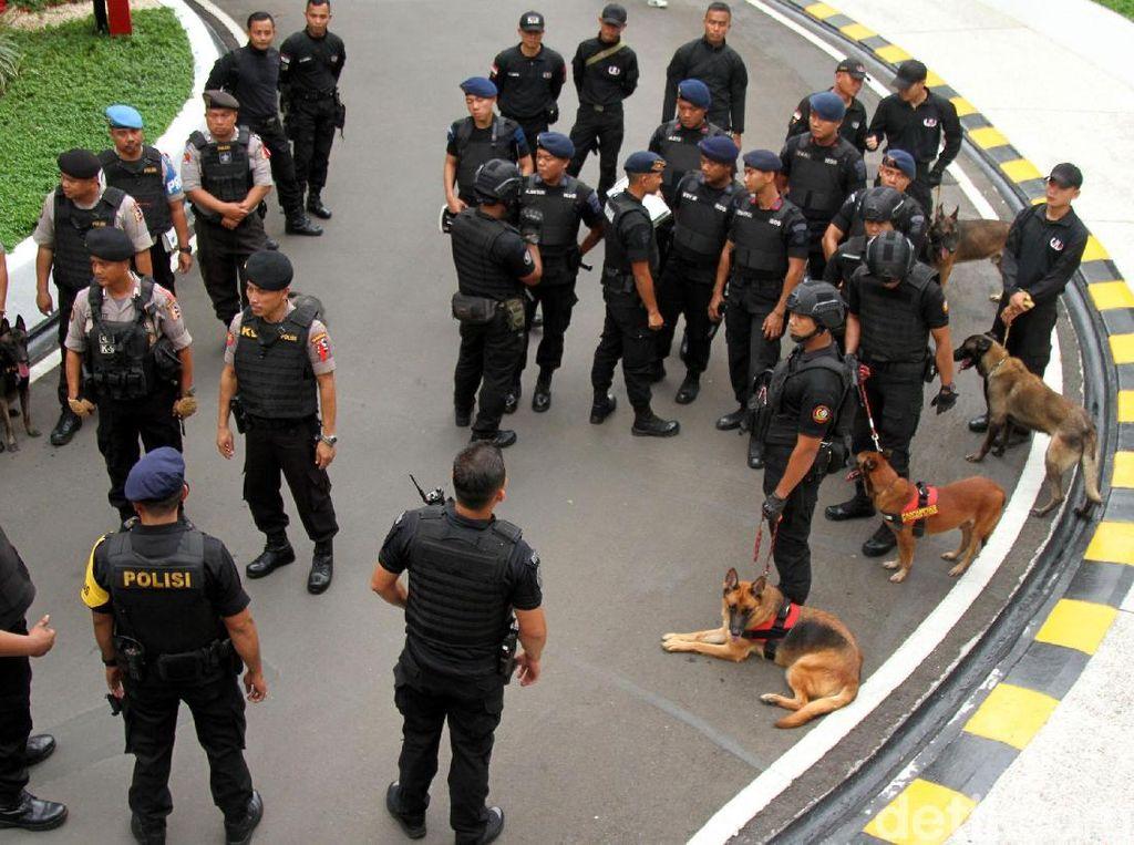 Gegana dan Anjing Pelacak Sterilisasi Arena Debat Capres
