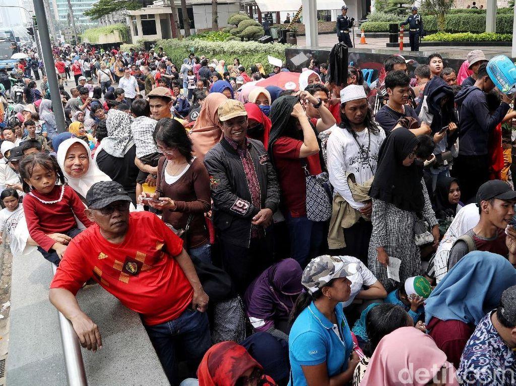 Antrean Warga Jajal MRT Menumpuk di Stasiun Bundaran HI