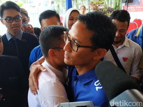 Sandi memeluk pemuda yang memberinya kotak surat/