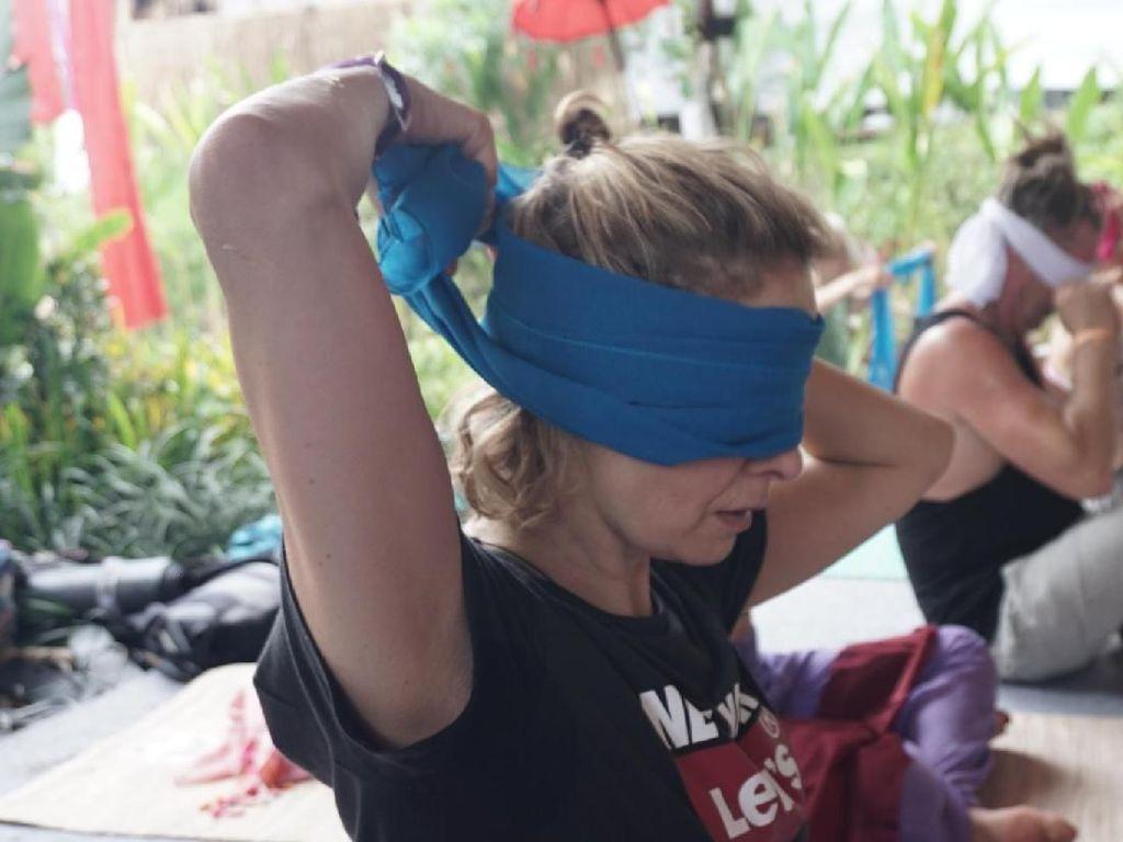 Bird Box Challenge? Bukan, Ini Blindfold Yoga untuk Luapkan Emosi Terpendam