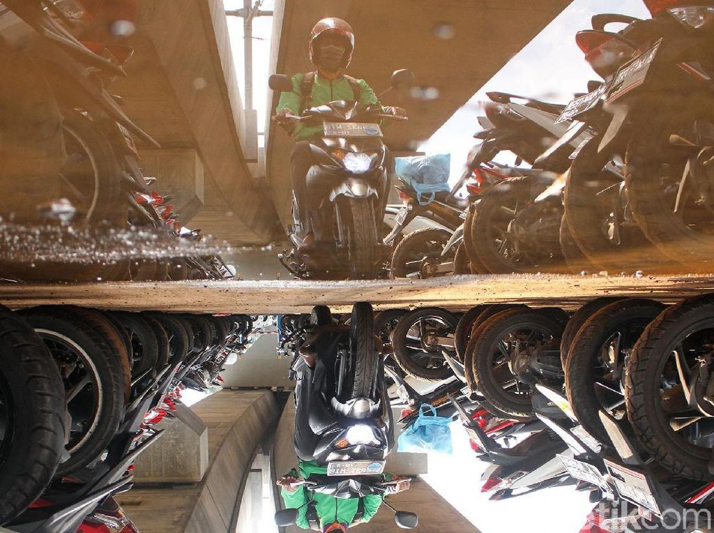 Parkir MRT Lebak Bulus Mulai Ramai Diisi Kendaraan