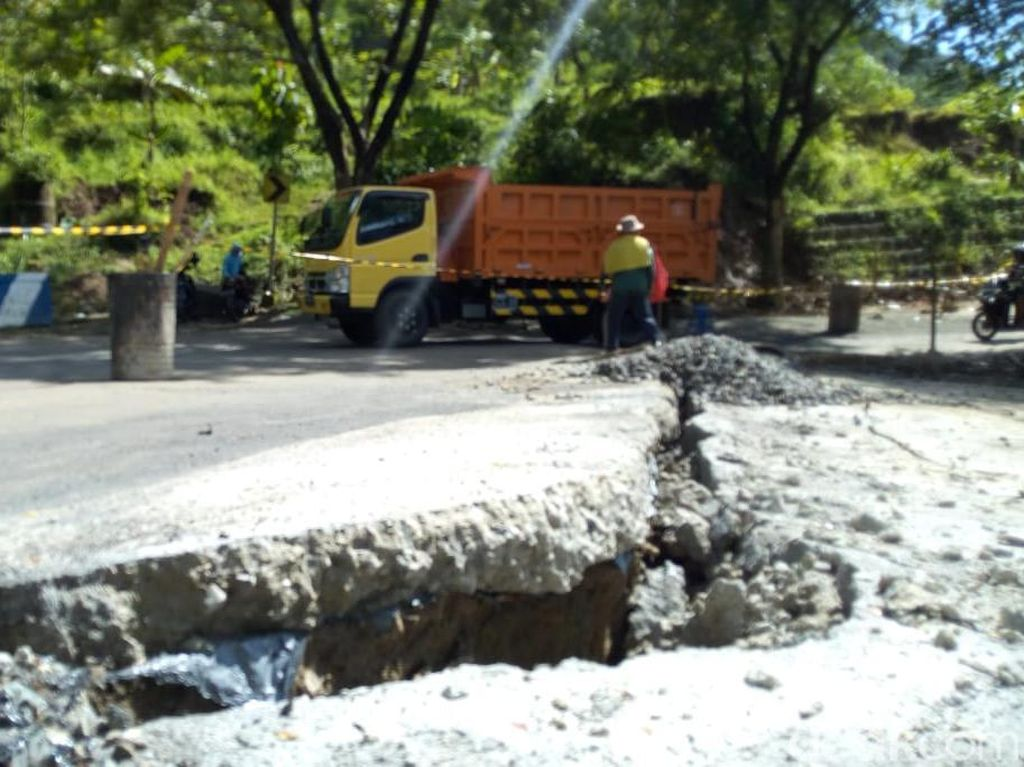 Video: Jalan Nasional Ponorogo-Pacitan Ambles Gegara Tanah Geser