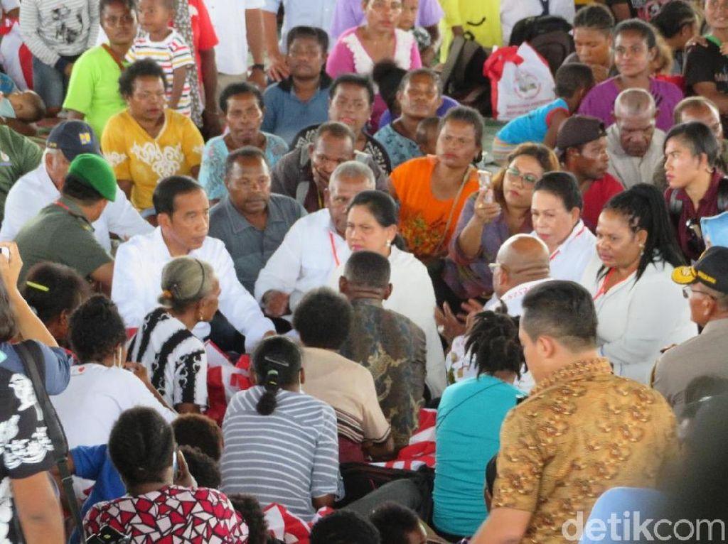Sambangi Korban Banjir Sentani, Jokowi Bahas Relokasi Rumah Warga