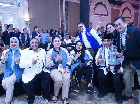 Nur Asia Uno dikala pakai jaket karya Didit Hediprasetyo di debat capres keempat.