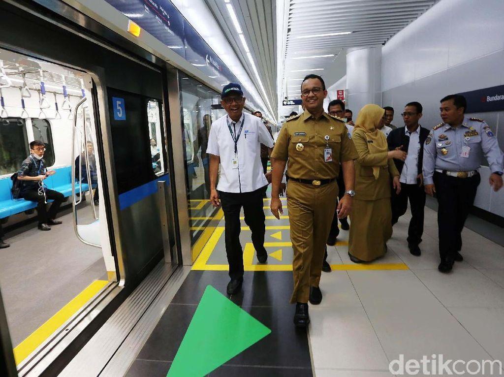 Momen Anies Baswedan Ngantor Naik MRT