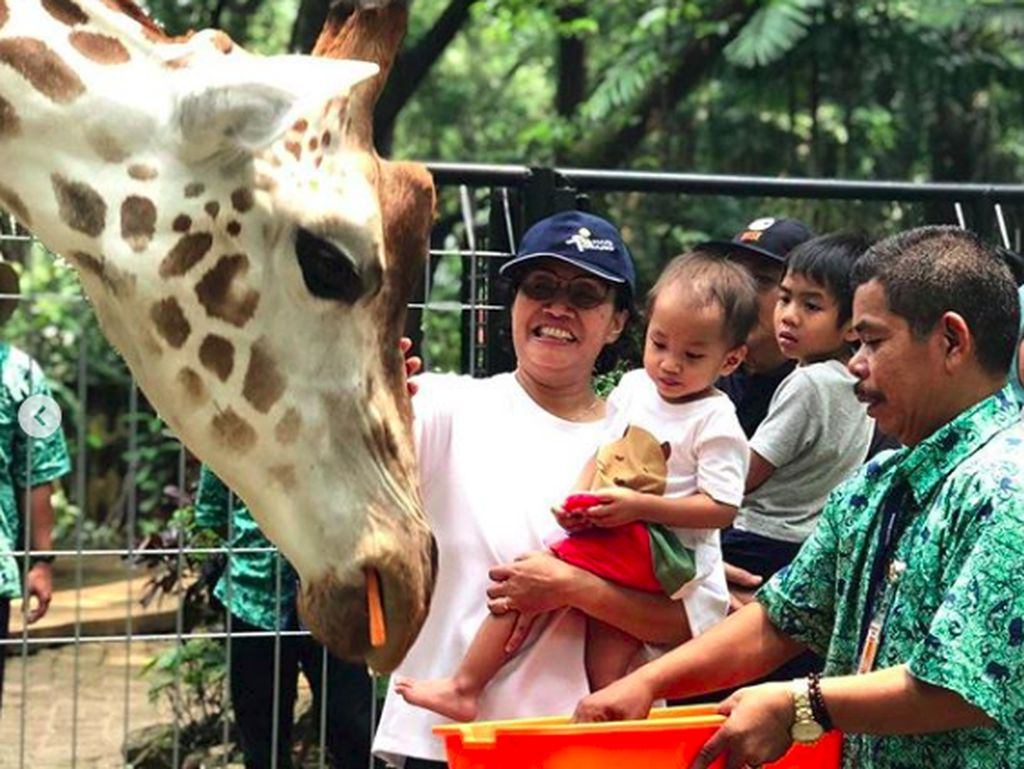 Keseruan Sri Mulyani Ajak Cucu Jalan-jalan Keliling Jakarta