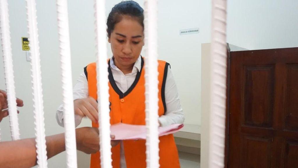 Porotin Suami, Ini Tampang Ayu Poliandri Pakai Rompi Tahanan