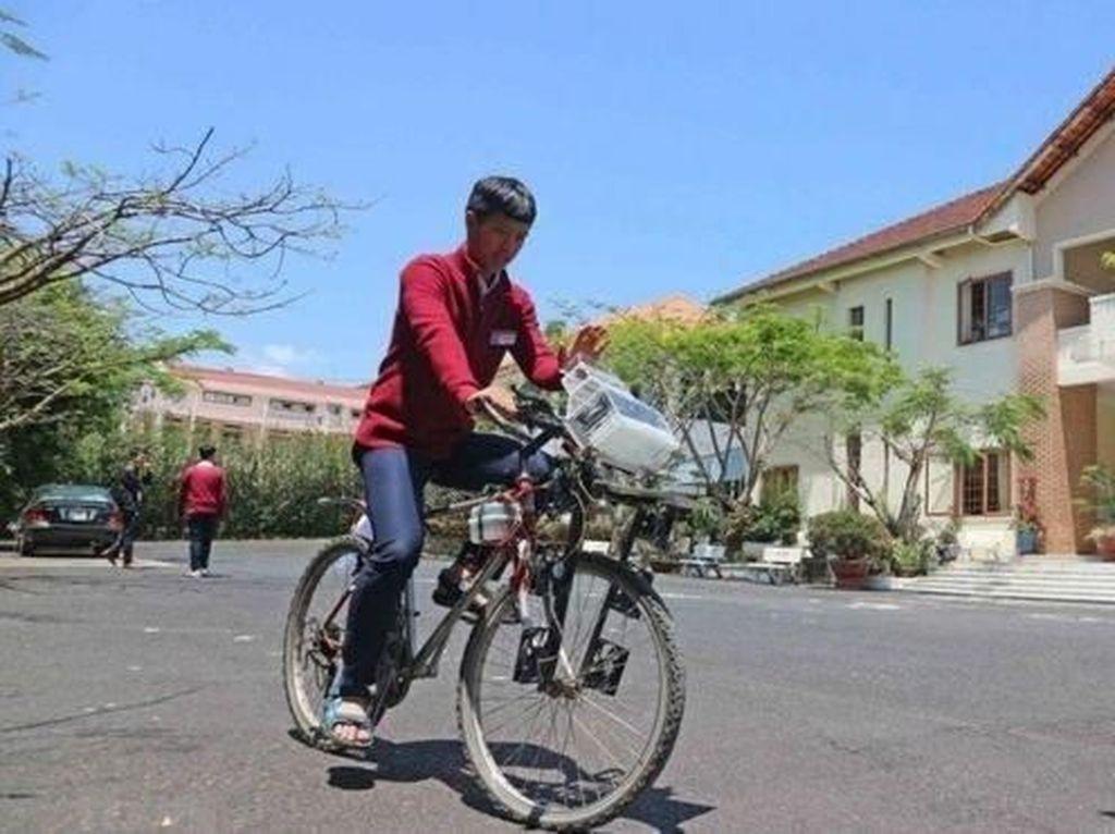 Siswa Asal Vietnam Menciptakan Sepeda Pembersih Udara