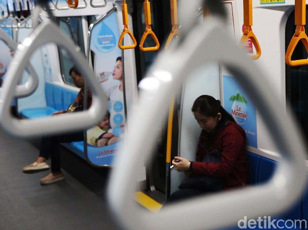 Suasana Hari Pertama MRT Jakarta Mulai Berbayar