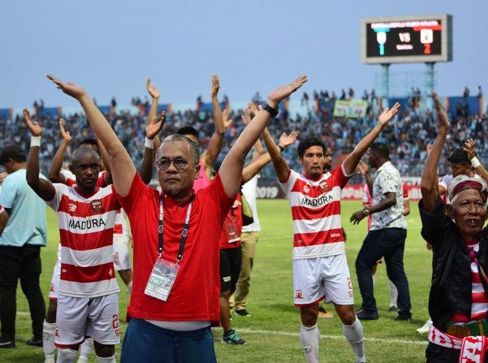 Pemain Madura United dan manager Haruna Soemitro (kiri) menyapa suporter usai menang atas Persela dalam pertandingan babak delapan besar Piala Presiden 2019 melawan Persela di Stadion Surajaya Lamongan, Jawa Timur, Minggu (31/3/2019).Madura United memenangi pertandingan dengan skor 2-1. ANTARA FOTO/Syaiful Arif/nz