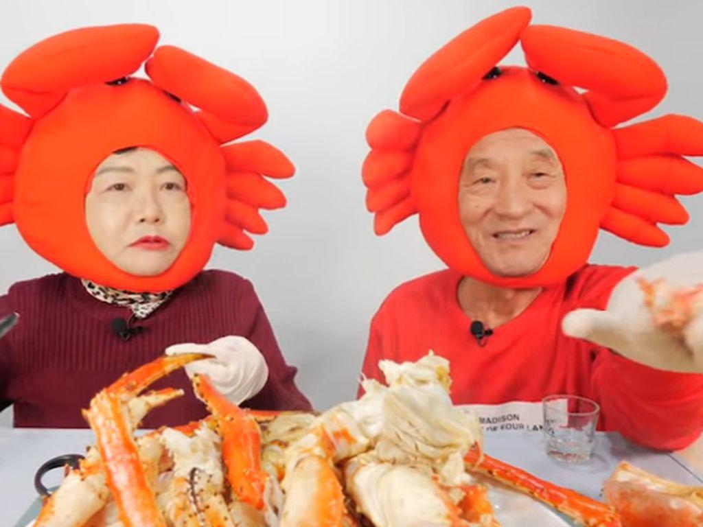 Makan Kepiting hingga Gurita, Video Mukbang Pasangan Tua Ini Bikin Gemas