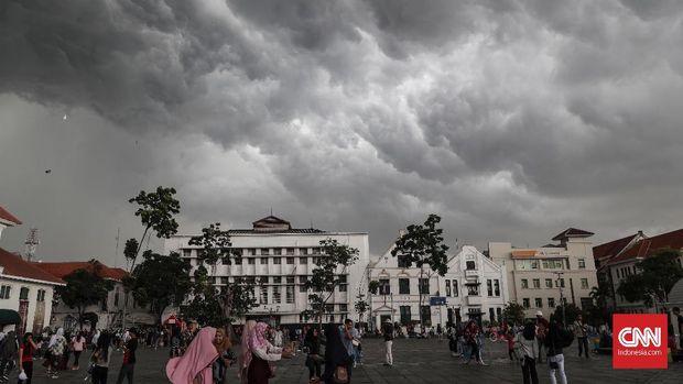 Awan cumulonimbus terlihat sebelum hujan mengguyur di kawasan Kota Tua, Jakarta, Senin, 1 April 2019. CNNIndonesia/Safir Makki