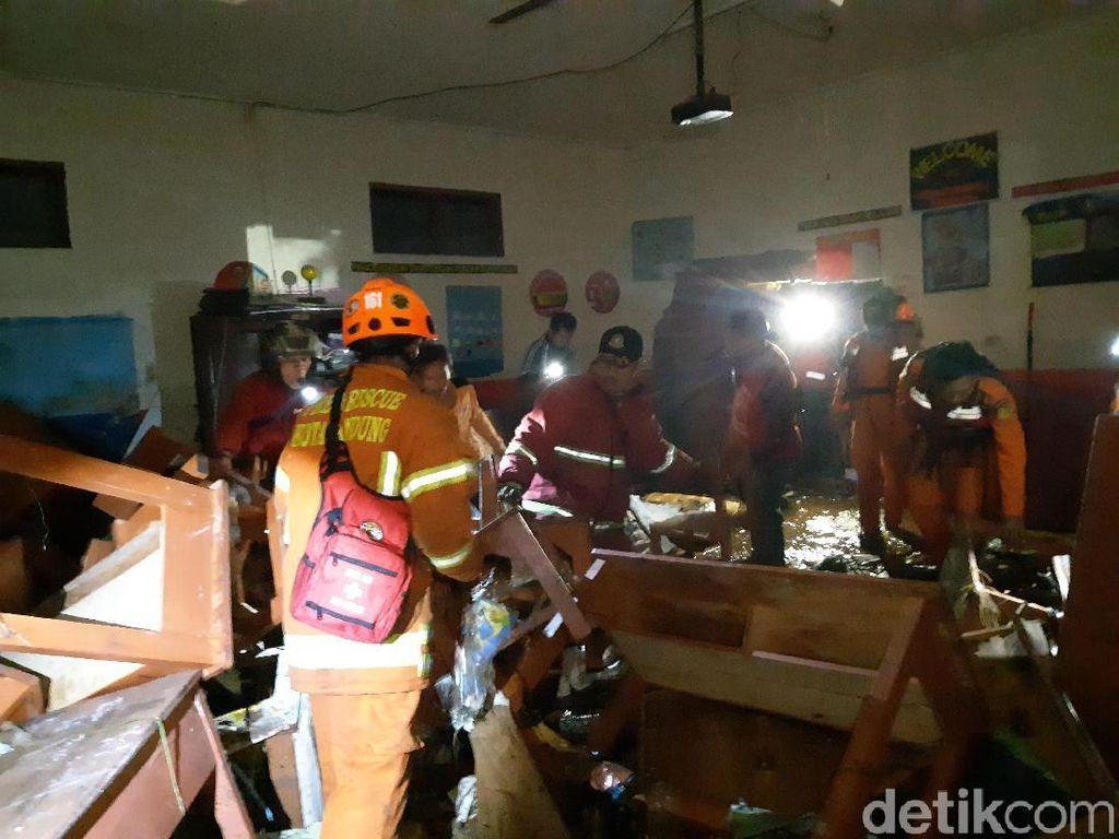 Ngerinya Banjir Terjang SD di Bandung: Siswa Menangis dan Naik Meja