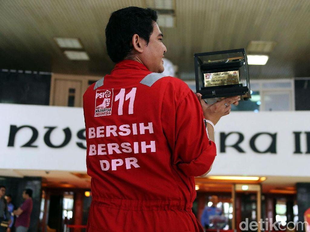 PSI Berikan Gabut Award untuk Anggota DPR