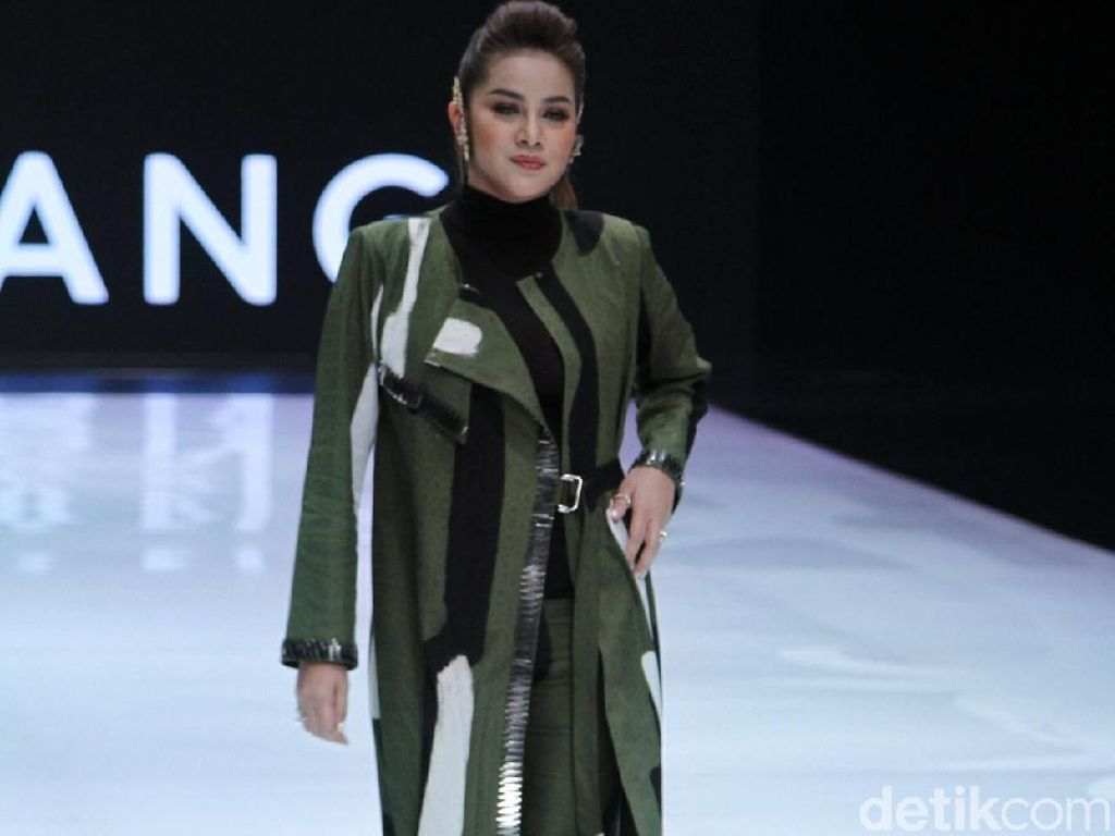 Dian Pelangi Bawa Hutan Kalimantan ke Panggung Indonesia Fashion Week 2019