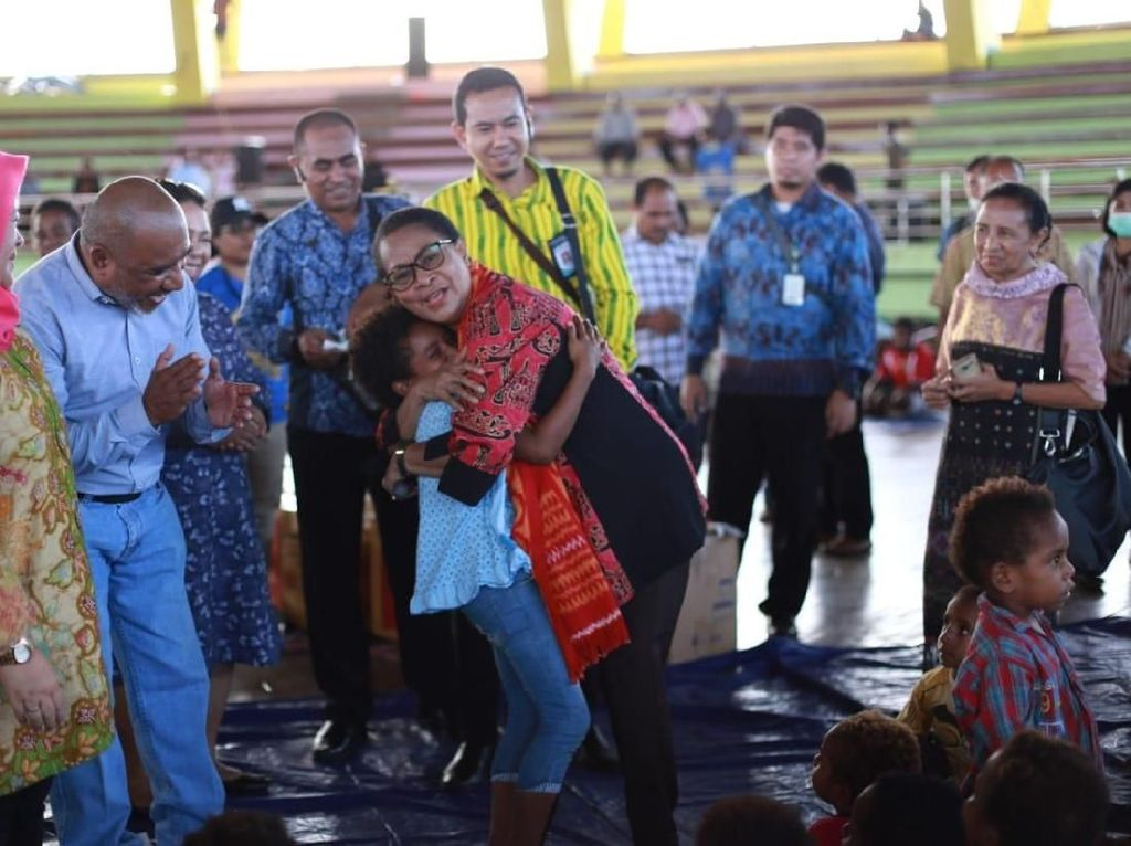 Menteri Yohana Minta Jajarannya Bantu Korban Banjir Sentani Pulihkan Trauma