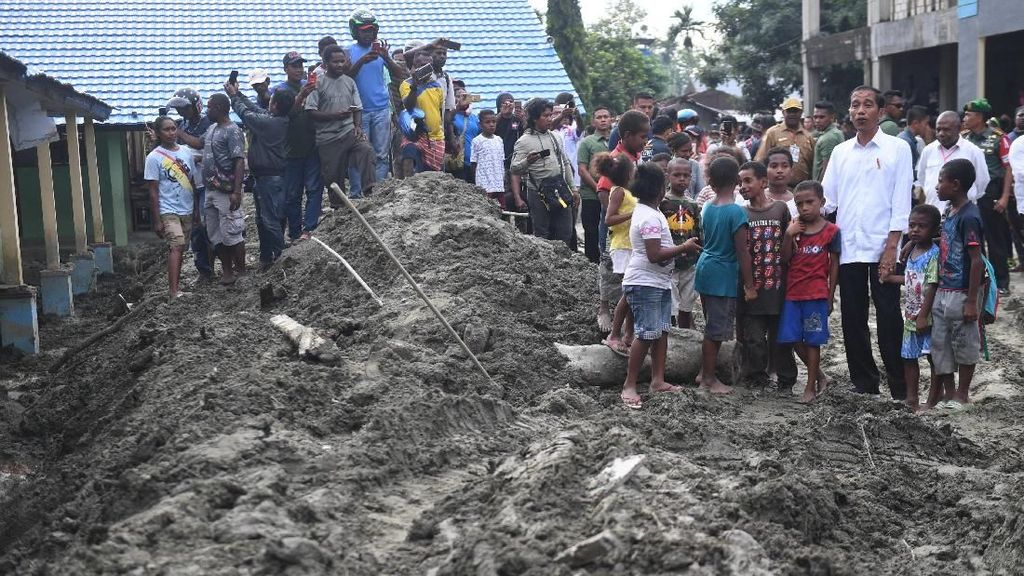 Momen Jokowi Sambangi Korban Banjir Bandang Sentani