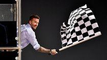 Pesona Beckham Saat Jadi Pengibar Bendera Finis di F1 GP Bahrain