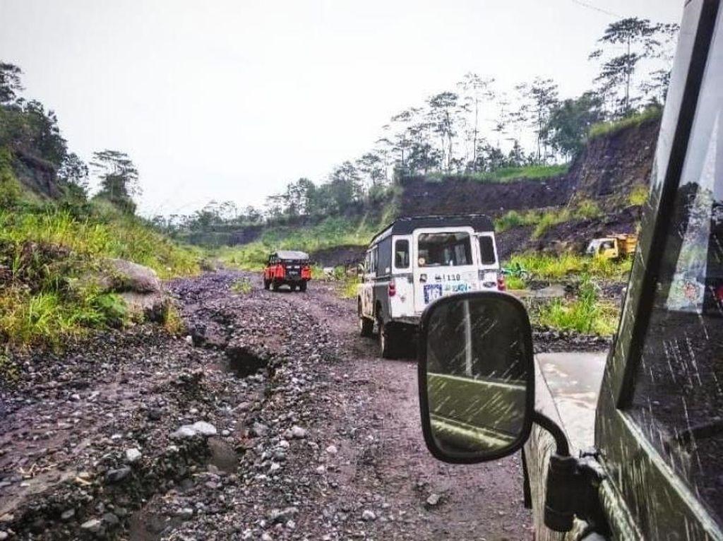 Seru! Terabas Trek Offroad Gunung Merapi Pakai Mobil Lawas