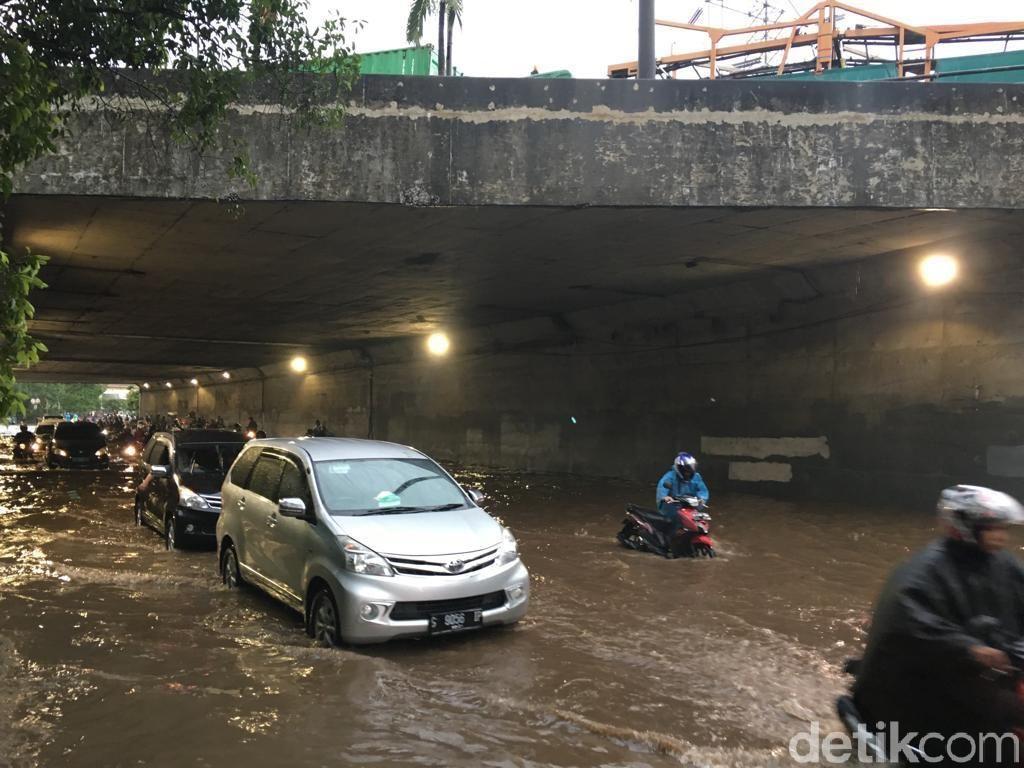 Terowongan UKI Cawang Banjir, Motor Mogok-Macet Panjang