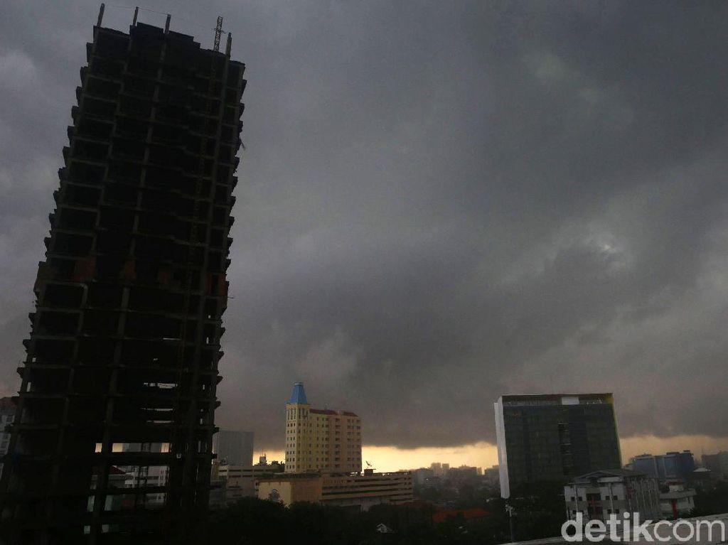 Awan Gelap Selimuti Jakarta