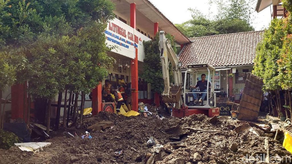Bangunan Sekolah Rusak Imbas Banjir di Bandung