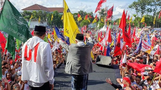 Didampingi TGB, Ma'ruf Amin Salam Jempol Sapa Pendukung di Lombok NTB