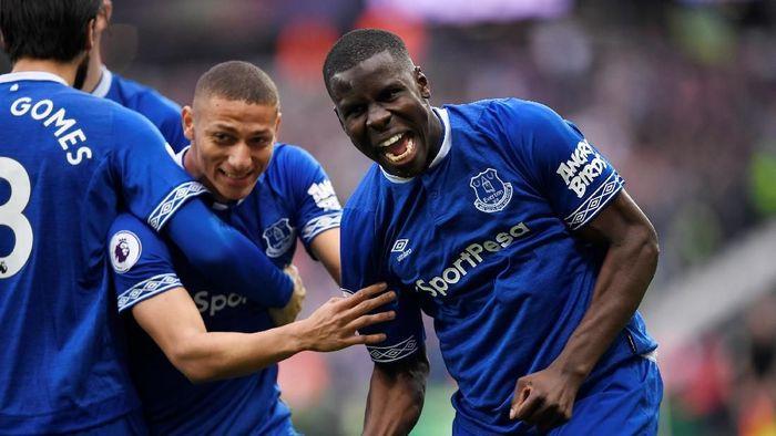 Kurt Zouma tak cuma menjaga gawang Everton dari kebobolan saat kalahkan West Ham United 2-0, tapi juga mencetak salah satu gol kemenangan timnya. (Action Images via Reuters/Tony OBrien)