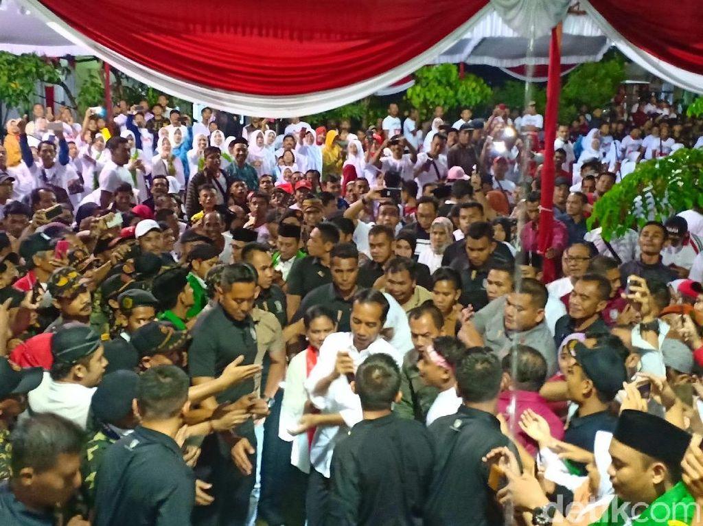 Jokowi Terabas Hujan Demi Temui Ribuan Pendukungnya di Ngawi