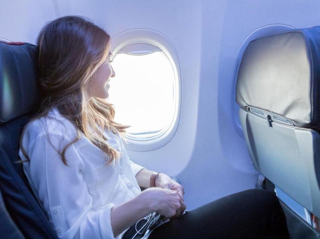 Mengapa Harus Membuka Penutup Jendela Pesawat Saat Take Off & Landing?