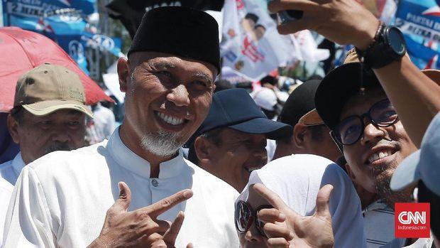 Wali Kota Padang Mahyeldi Ansharullah datang ke lokasi kampanye akbar untuk memberi dukungan kepada Calon Presiden nomor urut 02, Prabowo Subianto, di Pantai Cimpago, Padang, Sumatera Barat. CNN Indonesia/Andry Novelino