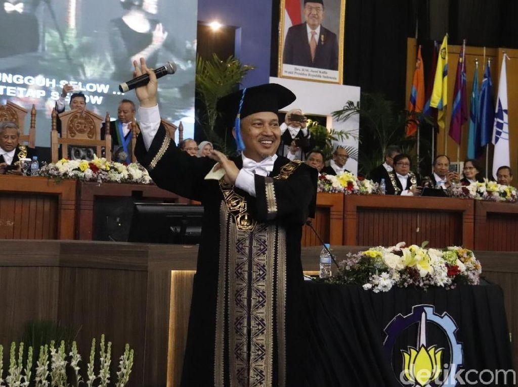 Melihat Rektor ITS Nyanyi Selow Saat Acara Wisuda