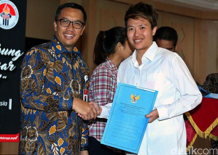 Menteri Pemuda dan Olahraga (Menpora) Imam Nahrawi melantik 286 atlet berprestasi menjadi Pegawai Negeri Sipil (PNS) di kantor Kemenpora, Jakarta, Selasa (2/4/2019). Salah satu atlet yang hadir di acara itu adalah mantan pebulutangkis Indonesia Lilyana Natsir.