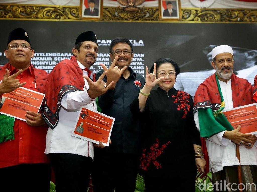 Megawati Salam Metal Usai Kukuhkan Kader Baru PDIP
