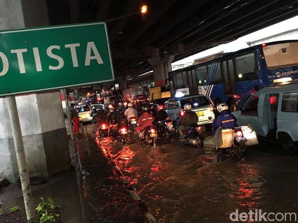 Arus Lalu Lintas Jalan DI Panjaitan Macet Imbas Banjir