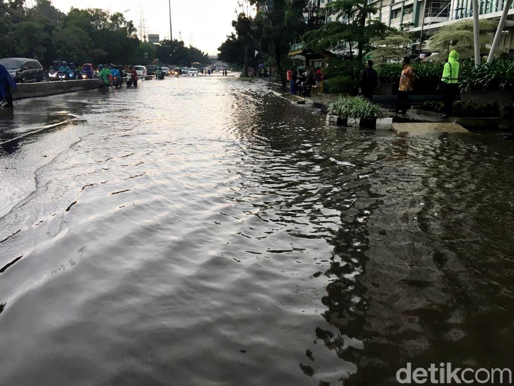 Jl MT Haryono Depan BPTJ Tergenang, Kendaraan Hanya Bisa Lewat Lajur Kanan